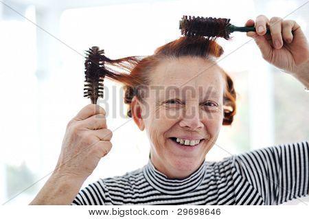 Peluquería de señora mayor con muchos peines