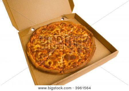 ganze Pepperoni Pizza in box