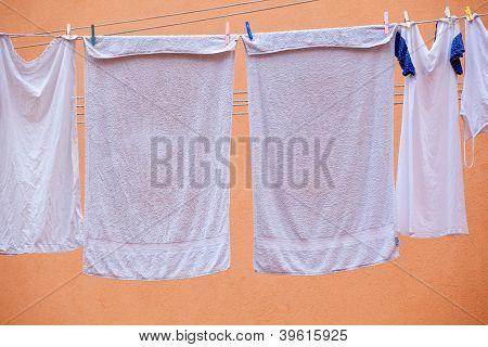 Roupa branca pendurado para secar
