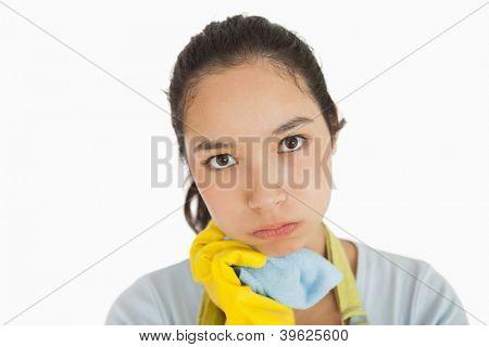 Müde Frau halten Reinigung Lappen in Schürze und Gummihandschuhe