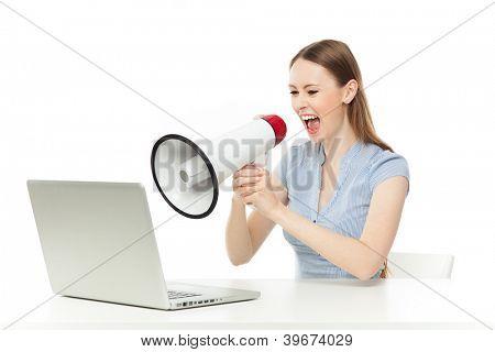 Empresaria gritándole portátil