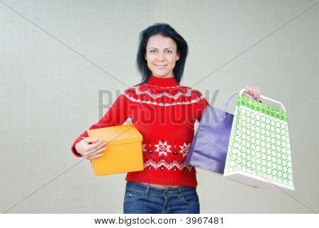 Mulher com pacotes de presente