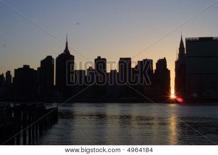 Sonnenuntergang über Manhattan gesehen vom Queens ny