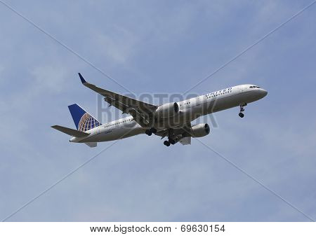 United Airlines Boeing 757 in New York sky before landing at JFK Airport