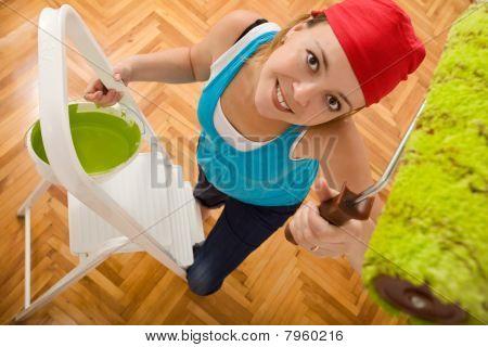 happy Woman Malerei der Decke auf einer Leiter