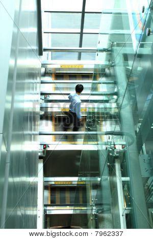 Geschäftsmann zu Fuß auf den Aufzug
