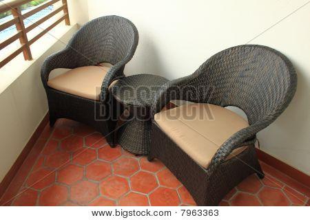sillas de mimbre en el balcón