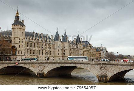 Paris. Conciergerie. Pont Neuf.