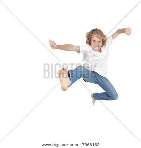 niño feliz saltando