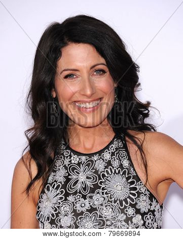 LOS ANGELES - JAN 07:  Lisa Edelstein arrives to the People's Choice Awards 2014  on January 7, 2015 in Los Angeles, CA