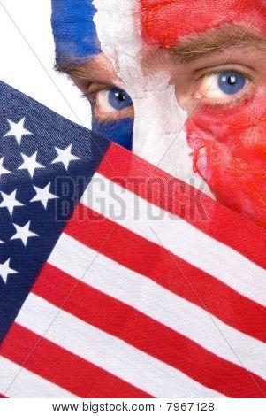Homem patriótico, espiando por cima uma bandeira americana