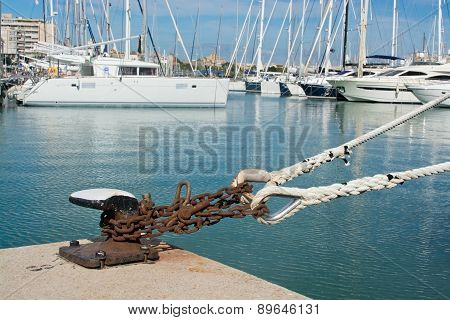 Heavy mooring chain and knob in yacht marina