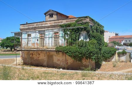 Lovely old building in poor state of repair Lagos