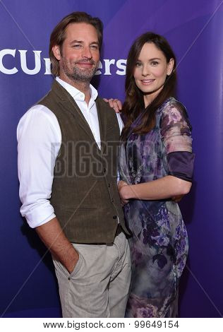 LOS ANGELES - AUG 12:  Josh Holloway & Sarah Wayne Callies arrives to the arrives to the Summer 2015 TCA's - NBCUniversal  on August 12, 2015 in Beverly Hills, CA