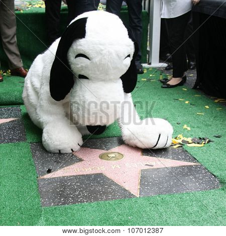 LOS ANGELES - NOV 2:  Snoopy with the WOF star for Charles Schultz at the Snoopy Hollywood Walk of Fame Ceremony at the Hollywood Walk of Fame on November 2, 2015 in Los Angeles, CA