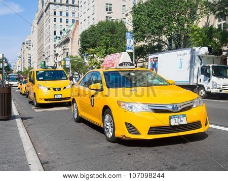 NEW YORK,USA - AUGUST 18,2015 : Yellow cabs at 5th avenue next to the Metropolitan Museum in New York City