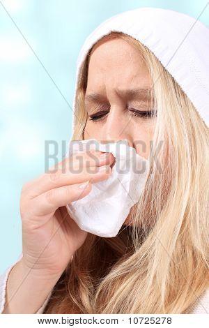 Mujer con catarro o estornudar
