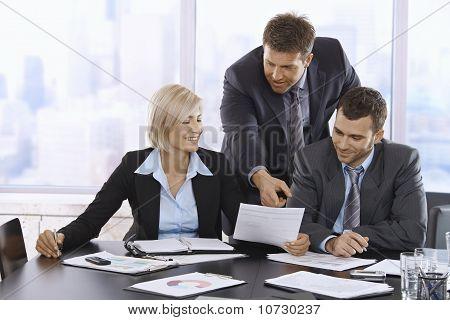Geschäftsleute Überprüfen von Dokumenten