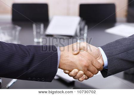 Handshake de empresários sobre a mesa