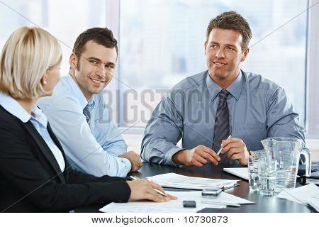Reunião de pessoas de negócios no escritório