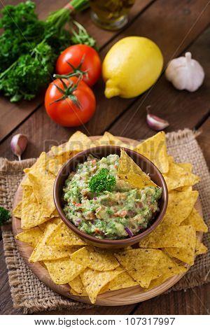 Guacamole avocado, lime, tomato, onion and cilantro, served with nachos - Traditional Mexican snack