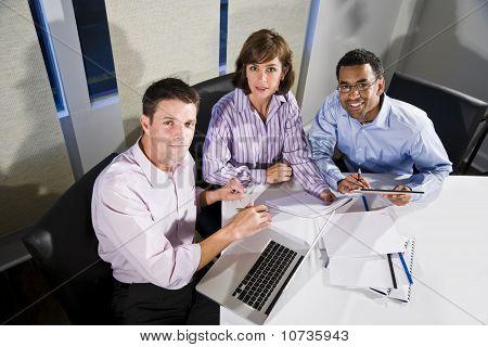 Trabalhadores de escritório multi-étnica, trabalhando no projeto