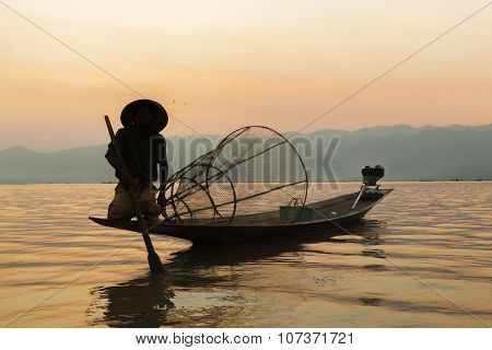 Fishermen In Inle Lakes Sunset, Myanmar. Fishermen Is Finish A Day Of Fishing In Inle Lake, Myanmar