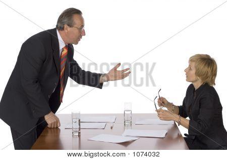 Reunión de negocios - hombre argumentando