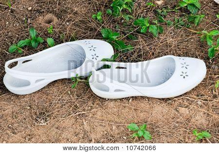 Weißem Gummi-Sandalen