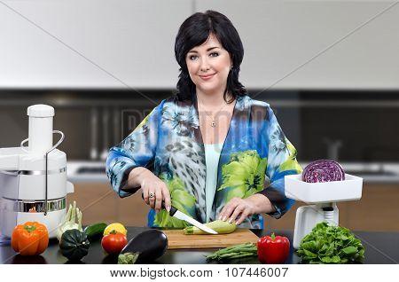 Dietitian cutting up zucchini