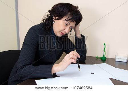 Business lady sitting in office and thiking