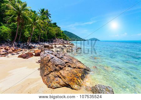 Tropical sea, beach with rocks and blue sky in Thailand, Samui island