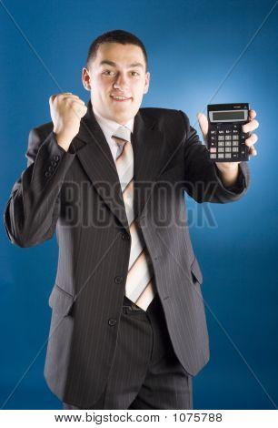Empresário feliz com calculadora na mão
