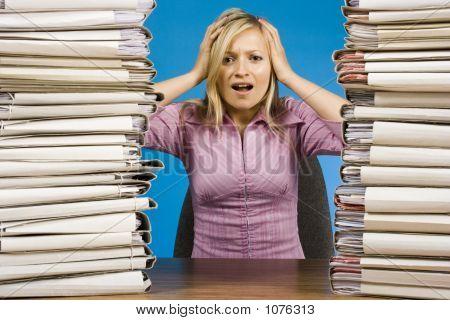 überarbeitete Frau an den Schreibtisch