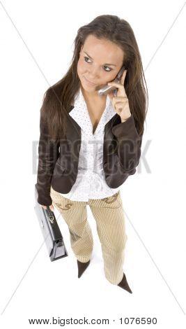 Mujer de pie con la maleta y móvil