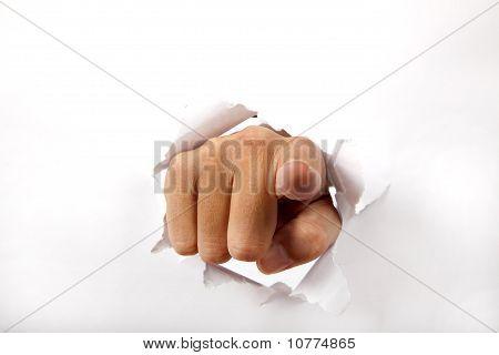 rotura de la mano a través del papel blanco