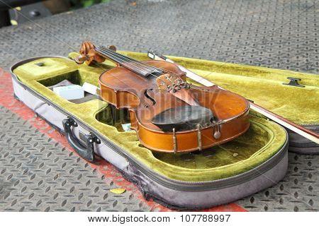 old violin of performers