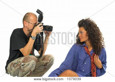 Fotógrafo profesional con Dslr mientras trabajaba con hermosa