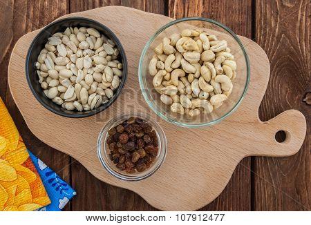 Cashew, peanuts and raisins