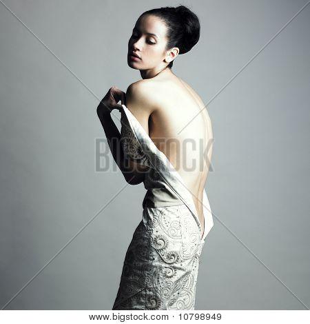 Elegante Frau zu entkleiden