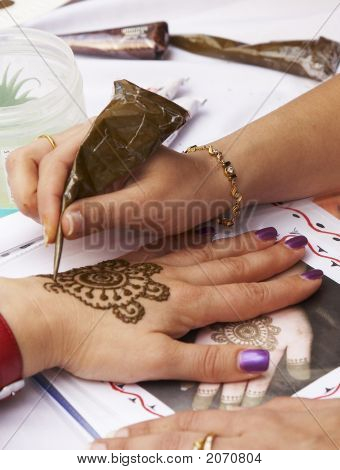 Henna Tattooing2