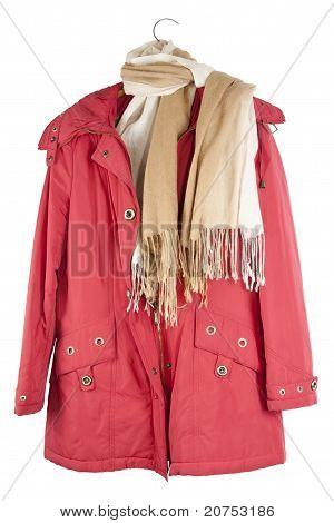alte rote weibliche Jacke hängt ein Kleiderbügel