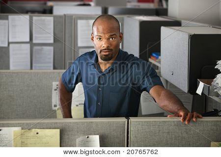 Ruhige Büroangestellter