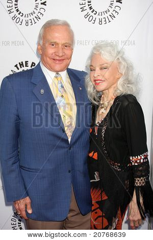 LOS ANGELES - JUN 7: Buzz Aldrin, Lois Aldrin kommen bei der Debbie Reynolds Hollywood-Memorabilia-C