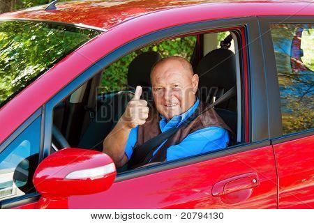 Senior como un piloto en el coche.