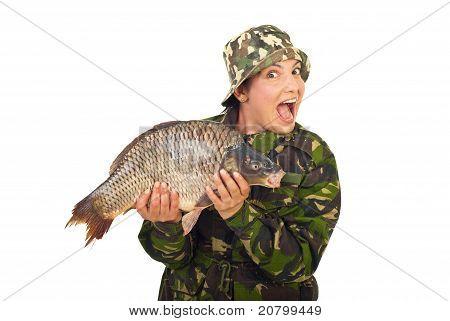 Erstaunt Fisher Frau halten große Karpfen