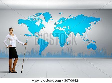 Empresária com mapa de escova e mundo de pintura sobre o fundo