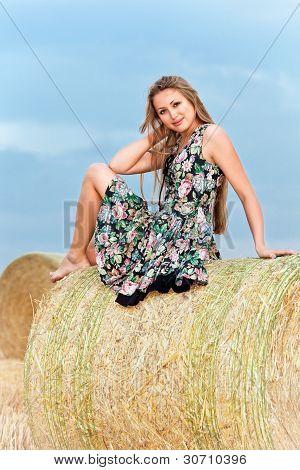 Woman sitting on Heuballen