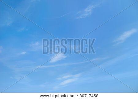 Fantásticos suaves nuvens de branco contra o céu azul