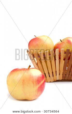 close up of Apple und Schale mit Äpfeln im Hintergrund, isoliert auf weiss